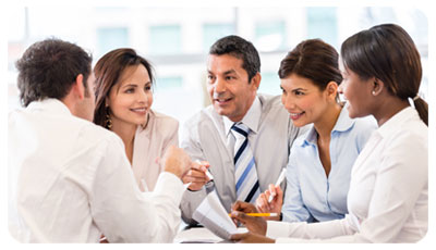 Illustration de prévention des risques psycho-sociaux (RPS) avec un groupe de spécialiste discutant en réunion