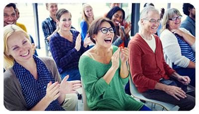 Illuistration de la qualité de vie au travail avec des personnes assises, souriantes et riant tout en applaudissant